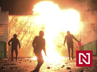 Uniesli a podpálili autobus. Čo vedie mladých ľudí v Severnom Írsku k takej agresii?
