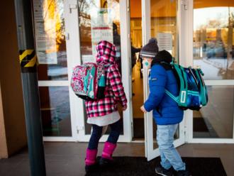 Do školy sa vracajú najmenšie deti: Ak sa bojím, môžem nechať dieťa doma? Dostanú deti obed?