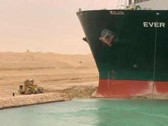 Bagr, který pomáhal v Suezském průplavu, baví internet. Jeho řidiče ale vtípky štvou
