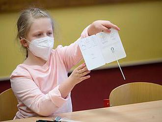 Z tisíců otestovaných žáků bylo pozitivních jen 160. Buď jsou děti zdravé, nebo testy nefungují