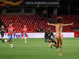 Zápas museli prerušiť. V Európskej lige vybehol na trávnik nahý fanúšik