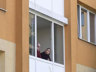 Slováci podľa prieskumu svoje kontakty obmedzujú viac ako Česi