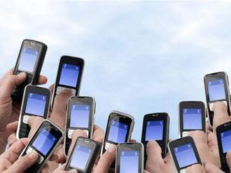 Prieskum: Traja z desiatich dospelých Američanov sú takmer neustále online