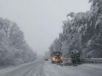 Polícia v Žilinskom kraji upozorňuje na sneženie na viacerých úsekoch