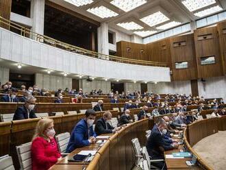 Parlament rozhodne, či budú môcť výbory rokovať online, aj o novom trestnom čine kyberšikany