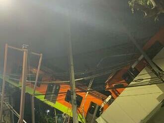 V mexickej metropole sa zrútila časť mosta pre metro, najmenej 13 ľudí zahynulo