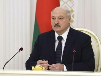 """Lukašenko po pokuse o atentát konsoliduje moc. Zbavil hodností """"odbojných"""" príslušníkov bezpečnostných zložiek a spolupracovníci Cichanovskej dostali tresty odňatia slobody"""