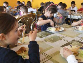 Nedostanú obedy zadarmo, dotáciu ani zvýšený daňový bonus. Štát to chce napraviť