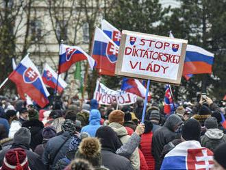 V Bratislave sa protestovalo proti vláde i opatreniam, polícia zatkla jednu osobu