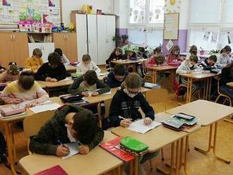 Sú rúška v škole diskriminačné? Mama sudkyňa sa sporí so školou