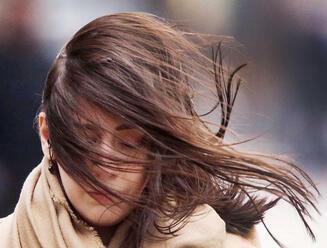 V niektorých okresoch sa pripravte na silný vietor, platí výstraha