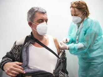 Niektorí sa nakazili aj po očkovaní. Mikasov úrad vysvetlil dôvody