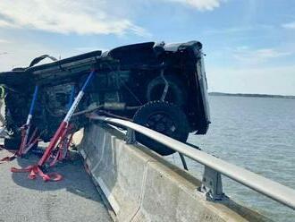 Neuveriteľná záchrana: Batoľa po vážnej nehode vyletelo z auta do mora, skočil za ním odvážlivec