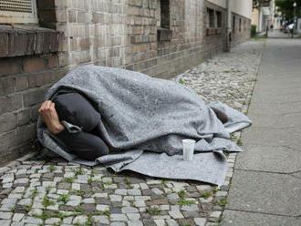 Bazilej ponúka bezdomovcom jednosmerné lístky a letenky do Európy. Má to však jednu podmienku