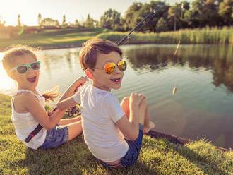 Slnečné okuliare pre deti: Kedy škodia a kedy sú prospešné?