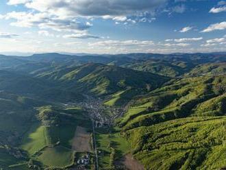 FOTO: Nebeské pohľady na čarovnú prírodu zachytáva nová kniha. Nájde sa v nej aj niekoľko obcí a okresné mesto