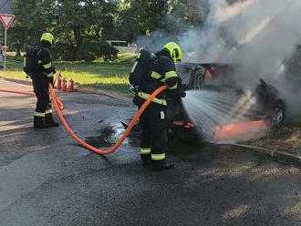 Vulici Švehlova vPraze hasiči rychle zlikvidovali požár osobníhovozu.