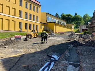 Při zemních pracích vPerninku na Karlovarsku došlo kpřekopnutí plynové přípojky.Kvůli…