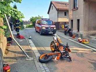Vulici Školní vČerveném Kostelci havaroval do dopravního značení a betonové zdi motocyklista,…