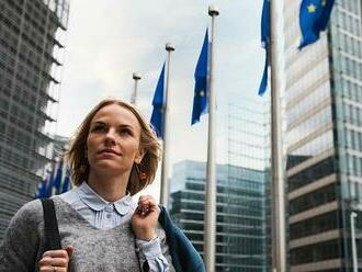 Jak získat práci v institucích EU: Smluvní zaměstnanci berou méně
