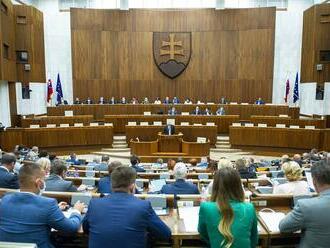 V utorok pokračuje schôdza, poslancov čaká ešte väčšina bodov programu