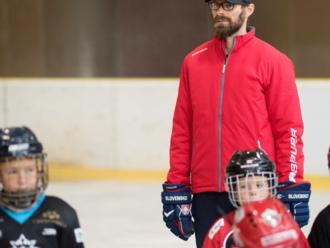 Aj slabší hráč u nás hrá toľko ako najlepší, no musí mať vášeň, vraví šéf hokejovej školy Handzuš