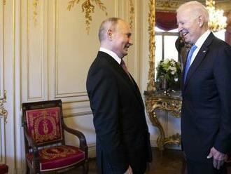 Biden na summite venoval Putinovi letecké slnečné okuliare americkej výroby