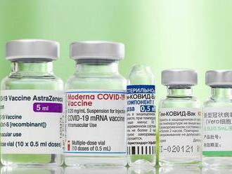 AstraZeneca by mala pri vakcíne uvádzať varovanie pred vzácnou cievnou chorobou