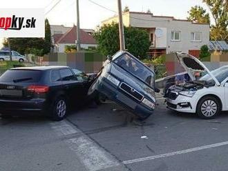 Vodič nerešpektoval stopku: FOTO Nehoda ako vyšitá, štyria ľudia utrpeli zranenia