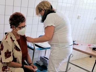 Komárňanská nemocnica, ktorá začala medzi prvými, dosiahla významné číslo: Stotisícou vakcínou zaočkovali pani Eriku