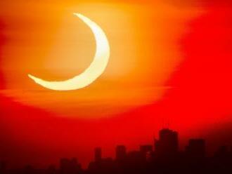 FOTO: Pozrite si najlepšie fotografie zatmenia Slnka zo svetových metropol