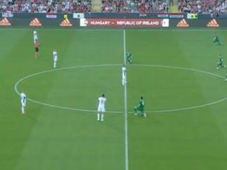 VIDEO: Futbalisti Írska si pokľakli pred zápasom. Reakcia ich maďarských súperov obletela svet