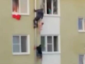 VIDEO: Susedia to zobrali do vlastných rúk. Trojica mužov bez váhania zachránila deti z horiaceho pekla