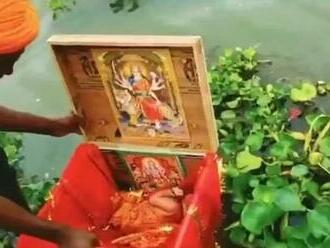 """Skutočná """"Bambuľka v previazanej škatuľke"""": Na rieke našli plávať krabicu s novorodencom"""