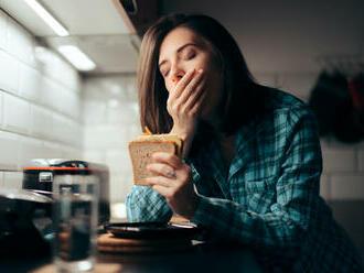 Trápi vás pred spánkom hlad? Odhalíme vám, čo za to môže a či je to zdravé