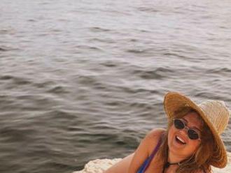 Evelyn vyrazila k moru: Na pláži ohuruje vo vykrojených plavkách