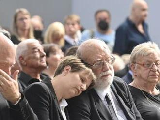 Ve strašnickém krematoriu se lidé loučí s Františkem Nedvědem