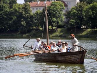 Na hladinu táborského Jordánu se po roce vrátil středověký člun