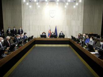 Vláda má letné prázdniny, ministri však počítajú aj so zvolaním online rokovania