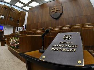 O návrhu Smeru zmeniť ústavu sa nemá rokovať v septembri, skonštatoval výbor