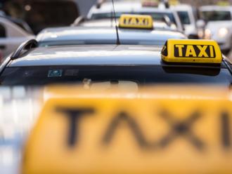 Nezdá sa vám to, no na taxíky sa naozaj čaká dlhšie. Chýbajú šoféri