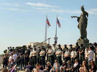 Pred parlamentom protestujú stovky ľudí, vstup do budovy stráži polícia