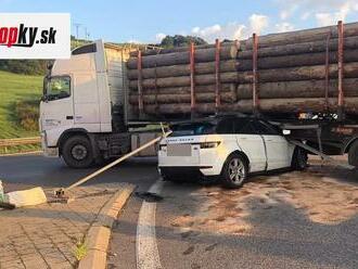 VÁŽNA nehoda na severe Slovenska! Auto skončilo pod kamiónom, dopravu riadi polícia