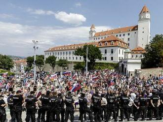 Protest pred parlamentom naberá na sile: Dav nespokojných ľudí sa zväčšil, pribudlo aj policajtov
