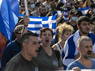 FOTO: Tisícky Grékov protestovali proti plánom na zavedenie povinného očkovania