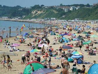 Šokujúci útok v Anglicku: Mladík znásilnil 15-ročné dievča v mori na preplnenej pláži
