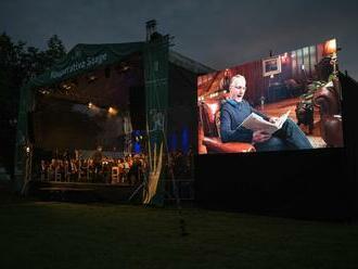 V Českém Krumlově zazněla skladba Dana Browna, spisovatel četl přes telemost
