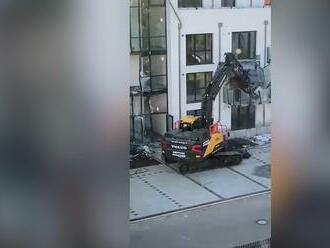 Naštvaný bagrista strhal balkony novostavby. Tvrdí, že mu developer nezaplatil