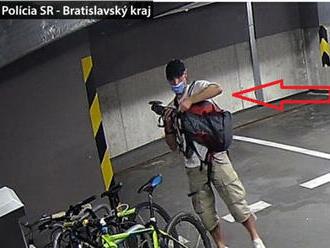 Policajti hľadajú zlodeja s karbobrúskou. Odpílil si kolobežku