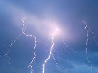 Meteorológovia vystríhajú pred búrkami, v Detve udrel guľový blesk